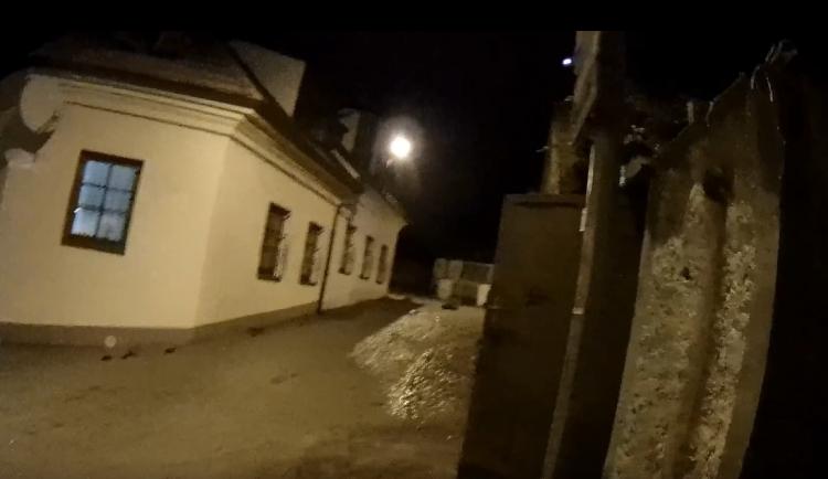 VIDEO: Masivní havárie vody vyhnala lidi z domovů v Praze 6. Situace by měla být v pořádku večer