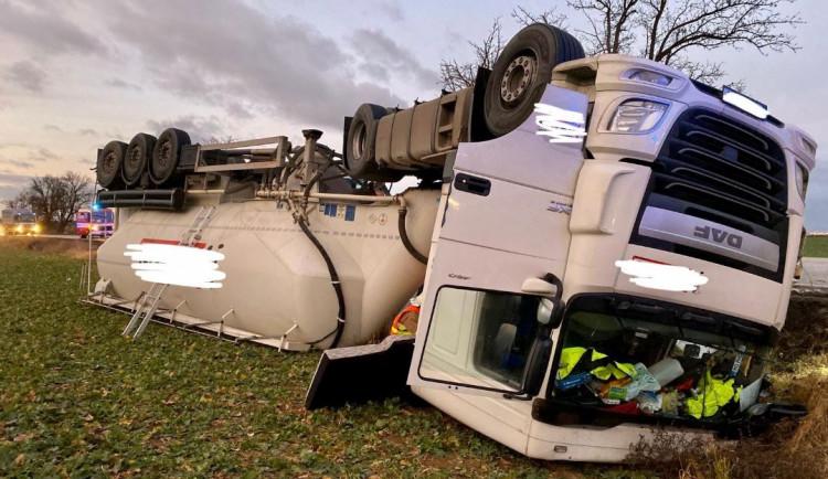 V Praze 6 ráno uzavřela dopravu převrácená cisterna na cement