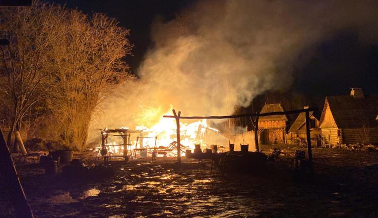 FOTO: V noci na dnešek hořel skanzen v Řeporyjích. Hasiči vyšetřují příčinu
