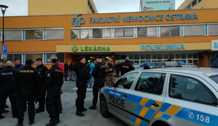 Pražská policie navyšuje bezpečnostní opatření. U nemocnic jsou ozbrojení policisté