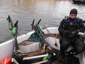 Kontroverzní sdílené koloběžky opět zaměstnaly potápěče. Pod Karlovým mostem vylovili hned čtyři