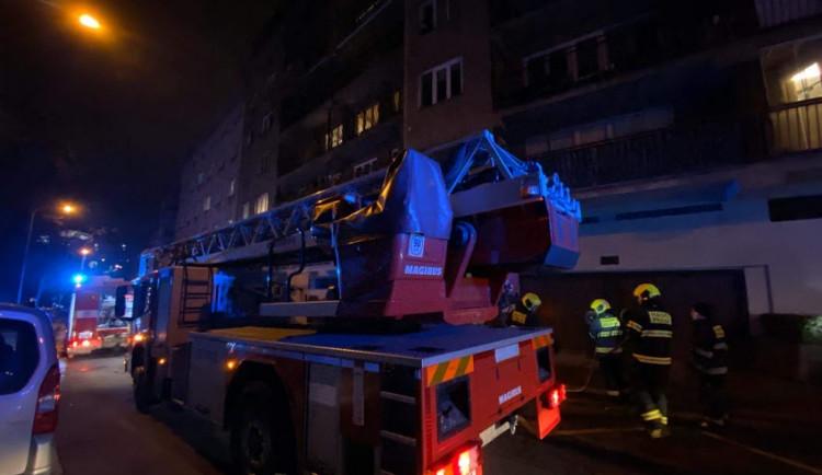 FOTO: Skoro dvě desítky nájemníků musely opustit své byty na Praze 2 kvůli požáru odpadu
