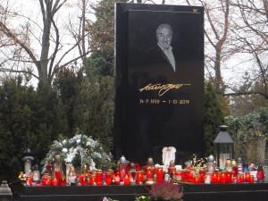 K hrobu Karla Gotta proudí o Vánocích davy lidí. Zapalují u něj svíčky a pokládají květiny