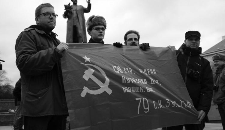 FOTO/VIDEO: U pomníku se v sobotu střetli příznivci a odpůrci maršála Koněva