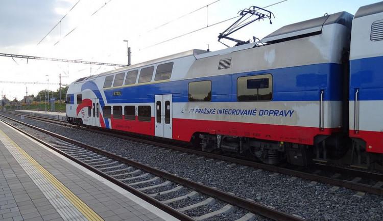 AKTUÁLNĚ: Vlaky u Prahy nabírají velké zpoždění. Ve Vršovicích je porucha vedení