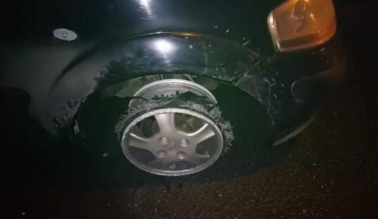 VIDEO: Jedu jen sedm kilometrů, hlásil strážníkům opilý řidič, který jel po ráfku