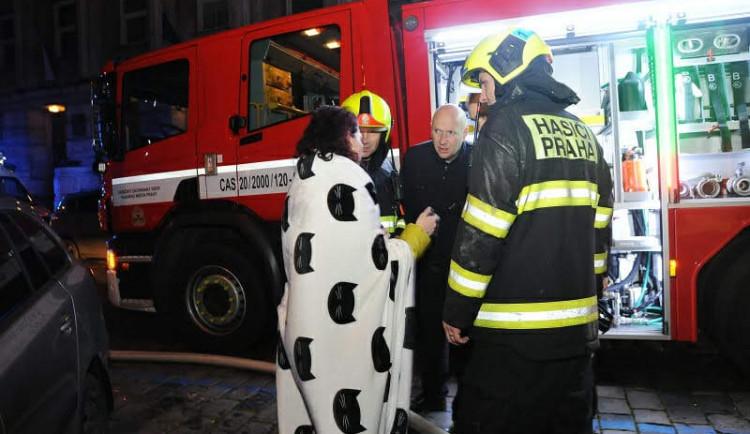 FOTO: Noční požár v Praze 2. Šest lidí skončilo v nemocnici, desítky byly evakuovány