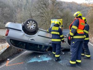 Hasiči zasahovali u nehody, při které auto skončilo na střeše