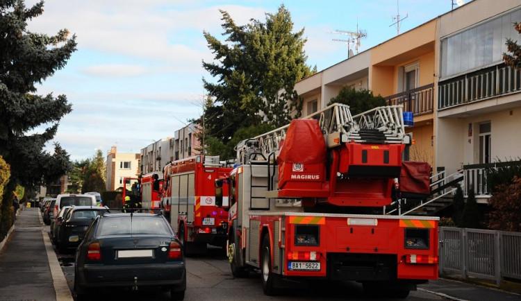 Hasiči a chemická služba dnes odpoledne zasahovali u požáru plynu v garážích v Hájích
