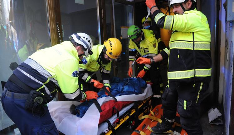 FOTO: Muž v Národní ulici spadl do světlíkové šachty. Hasiči se ke zraněnému dostávali skoro hodinu