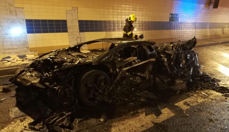 FOTO, VIDEO: V Blance shořelo luxusní lamborghini. Škoda přesáhne pět milionů