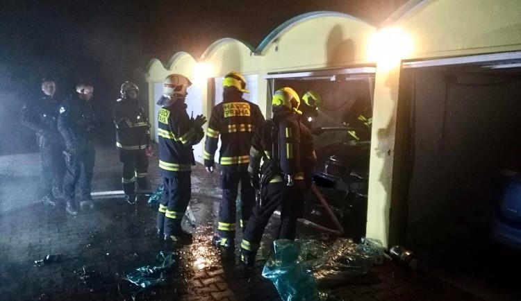 V garáži v Krčské ulici dnes ráno hořelo auto. Vznikla škoda za 900 tisíc korun