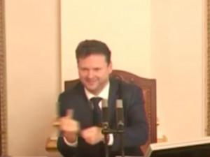 VIDEO: Další Vondráčkovo faux pas. Šéf Sněmovny zvedl před jednáním na kolegy prostředníček