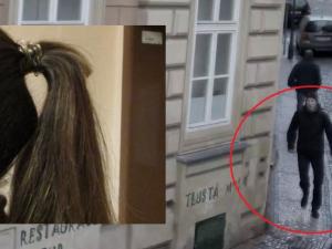 VIDEO: Kriminalisté pátrají po muži, který v pražských tramvajích stříhá ženám vlasy