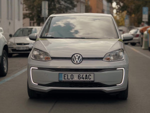 V Praze začalo jezdit sto sdílených elektromobilů GreenGo