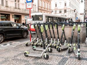 VIDEO: Praha 1 řeší s magistrátem zákaz sdílených elektrokoloběžek. Začala je uklízet
