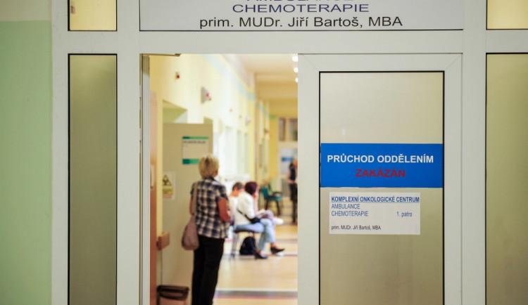 Kvůli koronaviru omezují pražské nemocnice návštěvy