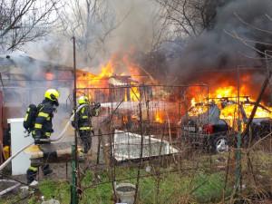 VIDEO: Hasiči zasahovali u požáru v Praze 4. Hořela garáž i stavební buňka