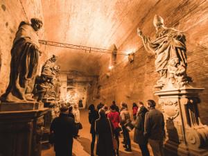 Na den pod zem. Lidé mají po celý víkend unikátní možnost prozkoumat pražské podzemí