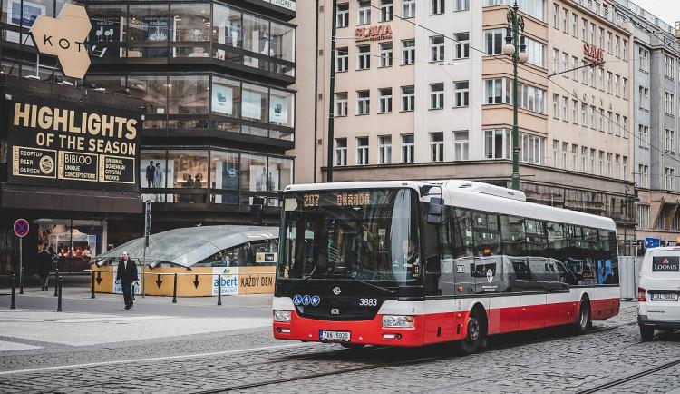 Nepoužívejte přední dveře autobusů, vyzývá Pražská integrovaná doprava. Chrání tím řidiče
