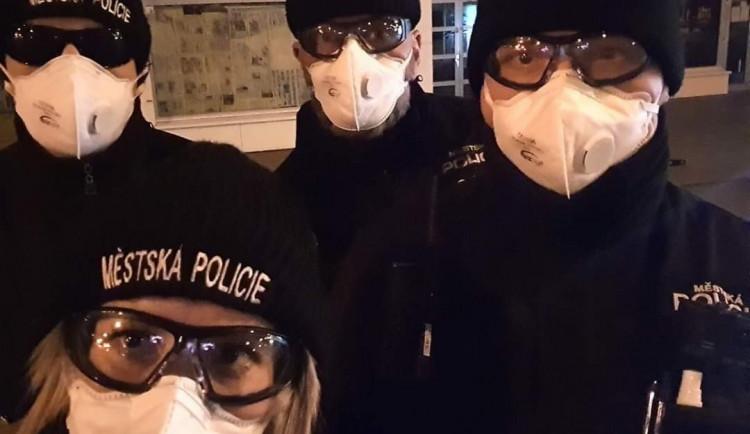 Strážníci kontrolují zakrytá ústa v MHD. Čtyřicet cestujících museli vykázat