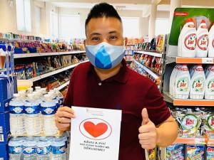Vietnamští prodavači děkují srdíčkem! Pracovníkům záchranných složek nabízejí občerstvení zdarma
