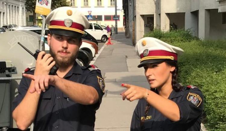Policisté kontrolují, kam máte namířeno. Čech žijící ve Vídni popisuje situaci ve městě