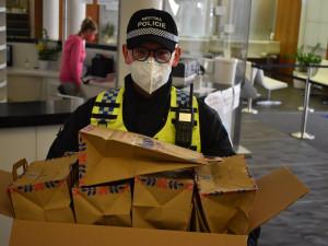 Praha 6 připravila nouzové balíčky pro bezdomovce. Jsou v nich roušky i toaletní papír