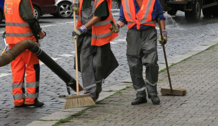 V Praze dnes začalo čištění ulic. Řidiči nemusejí přeparkovávat