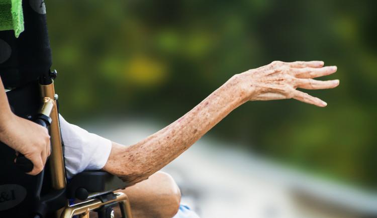 V pražských nemocnicích není dostatek míst pro nakažené klienty z domovů pro seniory. Stát selhává, říká radnice