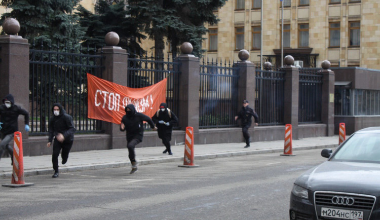 FOTO: Naše tanky budou v Praze! Ruští radikálové zaútočili na české velvyslanectví v Moskvě