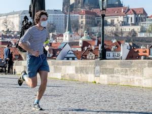 Lidé mohou ode dneška běhat a jezdit na kole bez roušek. Hobby markety otevřou ve čtvrtek