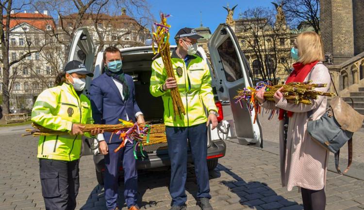FOTO: Strážníci z Prahy 2 upletli pomlázky pro děti. Jsou k dispozici u základních škol