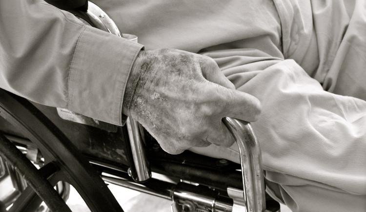 V pražských domovech pro seniory je asi 20 lidí s novým koronavirem
