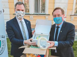 Plicní ventilátory z Tchaj-wanu jsou v Česku. Devět jich bude zachraňovat životy v Praze