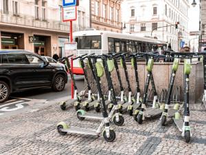 Praha 1 zatím elektrokoloběžky v centru města nezakázala. Vedení dál čeká