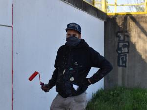 FOTO: Michal Škapa aka Tron přemalovává protihlukovou stěnu u Evropské třídy