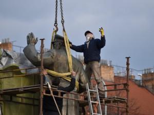 Starosta Prahy 6 je pod policejní ochranou. Podívejte se, jak se vyvíjela kauza kolem odstranění sochy Koněva