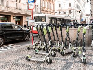 Koloběžky Lime jsou opět v ulicích Prahy. Společnost částečně obnovila provoz