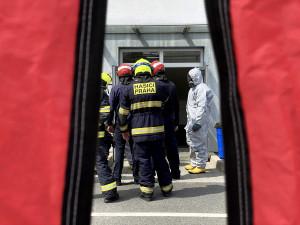 FOTO, VIDEO: V průmyslovém objektu v Praze uniklo ředidlo. Z areálu bylo evakuováno téměř třicet osob