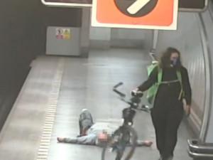 VIDEO: Muž v metru vyvolal potyčku s cyklistou. Zpacifikovat ho museli strážníci