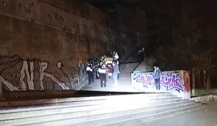 VIDEO: Mladík popíjel s přáteli u kyvadla na Letné. Spadl z pěti metrů a skončil v péči záchranářů