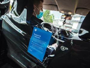Pražské taxislužby do aut instalují zástěny. Auta by s nimi nemusela projít technickou