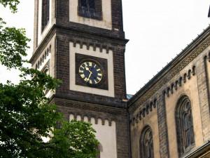 FOTO: Když musí kostelní hodiny k hodináři. Hodiny na pražských památkách budou opraveny