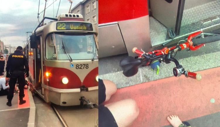 Policisté zachránili život malému chlapci, který spadl do kolejiště před jedoucí tramvaj