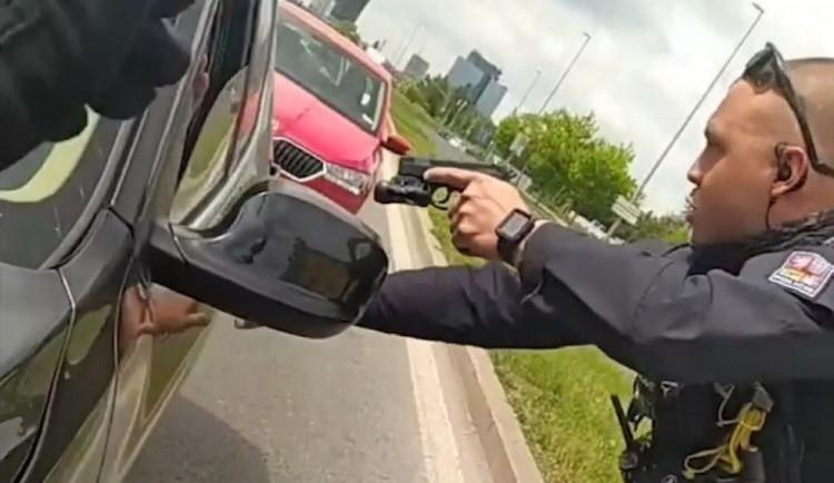 VIDEO: Policisté v Dejvicích vypátrali ukradené BMW. Podívejte se na video ze zadržení řidiče