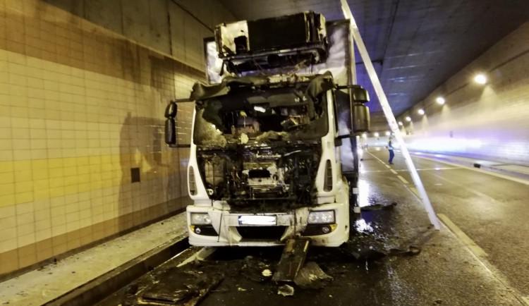 AKTUÁLNĚ: Požár nákladního auta uzavřel Brusnický tunel. Řidič je v nemocnici