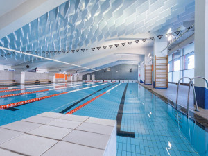 Bazény Strahov a Šutka znovu otevírají. Přečtěte si, jak bude fungovat provoz