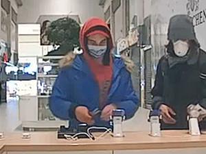 VIDEO: Muži ukradli telefony na Zličíně. Pátrá po nich policie