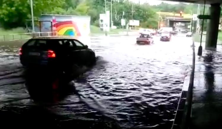 VIDEO: Silnici pod Jižní spojkou zaplavila voda. Auta musela projíždět velkou lagunou
